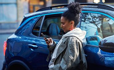 kvinna-med-mobil